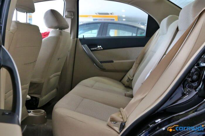 Hàng ghế thứ hai của xe Chevrolet Aveo carmudi vietnam