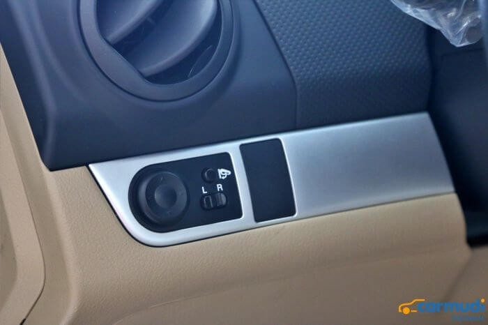 Nút bám chỉnh gương của xe Chevrolet Aveo carmudi vietnam