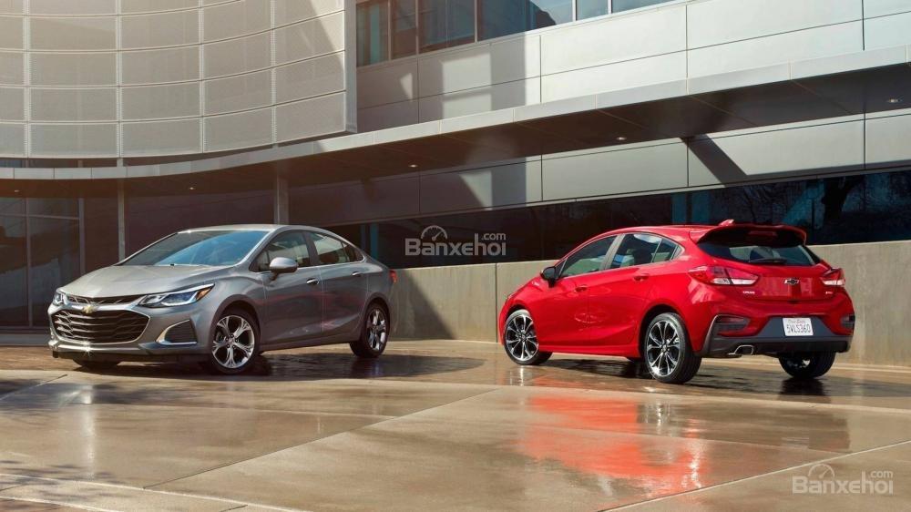 Đánh giá xe Chevrolet Cruze 2019 nâng cấp: Cả 2 dáng xe đều sử dụng chung động cơ.